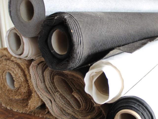 Diverse stoffen aan de meter. Stoffeerkatoen Flex wit of zwart, Percale donsdoek, Vullinnen (240 grams jute), Tarpaulinnen (400 grams jute), PP vliesdoek bruin.