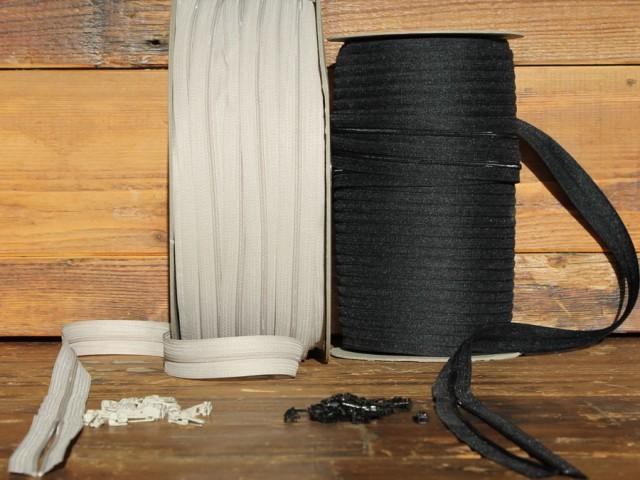 Ritsen aan de meter in zwart of beige. € 0,70 per meter. Schuiver per stuk. € 0,15.