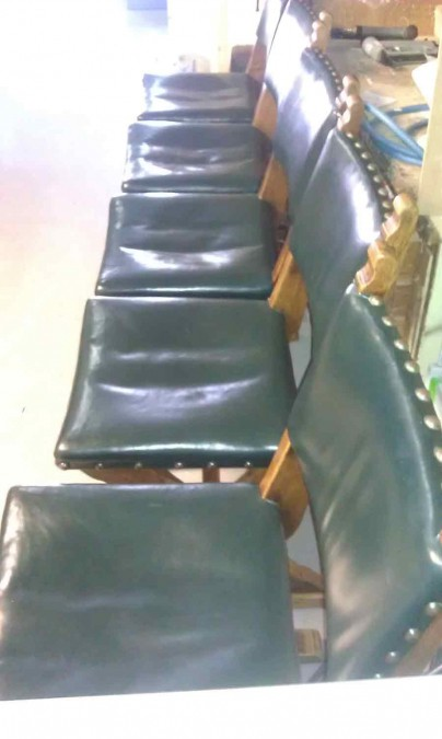 oude leren bekleding van eiken stoelen