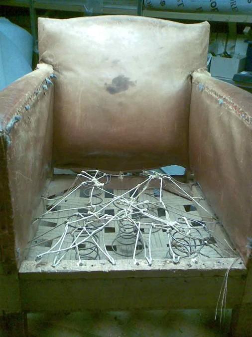 oud en versleten binnenwerk van leren stoeltje