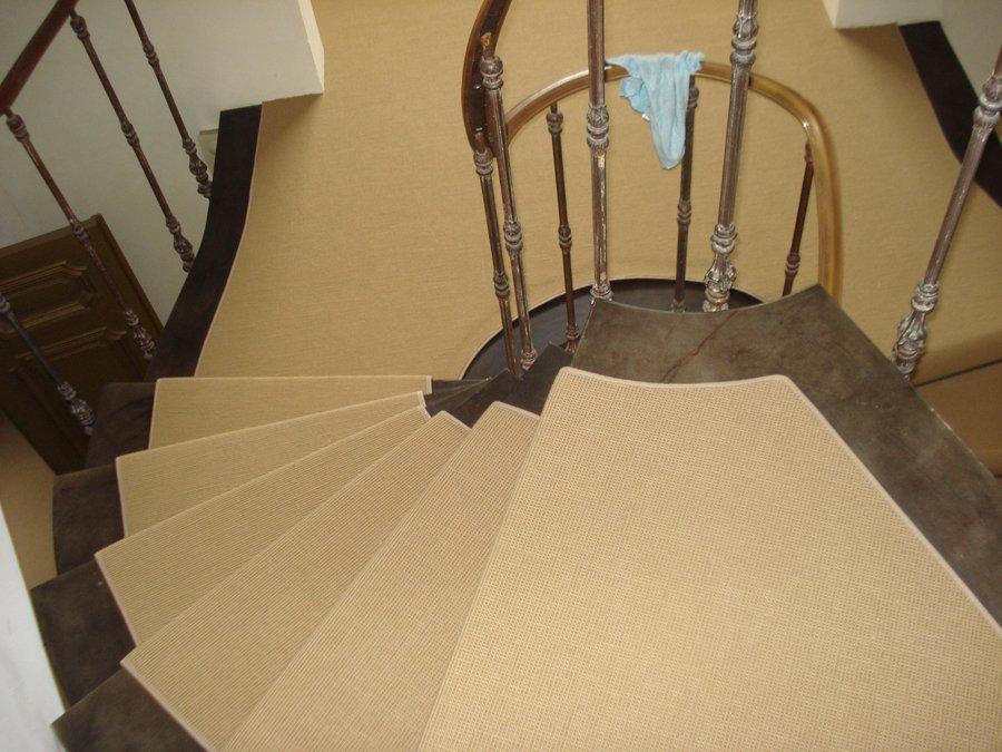 op maat gemaakte traploper met de zijkanten bind gebandeerd